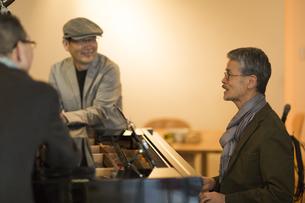 ピアノを弾くシニア男性の写真素材 [FYI01624475]