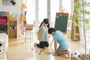 アルファベットで遊ぶ兄と妹の写真素材 [FYI01624491]