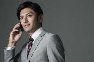 スマートフォンで話すビジネスマンの写真素材 [FYI01624495]