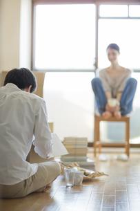 若い男女の引っ越しイメージの写真素材 [FYI01624498]