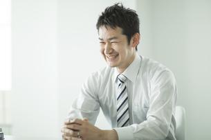 笑顔のビジネスマンの写真素材 [FYI01624507]