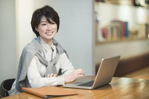 カフェで仕事をするビジネスウーマンの写真素材 [FYI01624512]