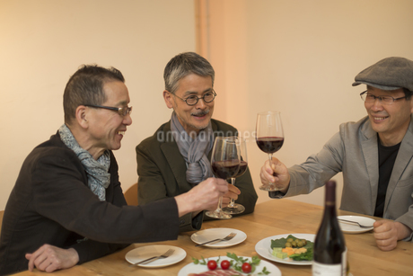 レストラン乾杯をするシニア男性の写真素材 [FYI01624517]