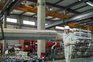 工場で働く作業員男性の写真素材 [FYI01624518]