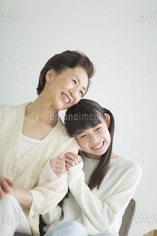 ソファーに座って寄り添う祖母と孫の写真素材 [FYI01624523]