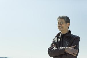 腕組みをするシニア男性の写真素材 [FYI01624525]