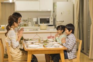 夕食を食べる家族の写真素材 [FYI01624526]