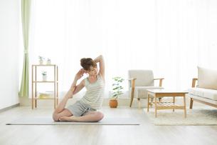 室内でヨガをする若い女性の写真素材 [FYI01624529]