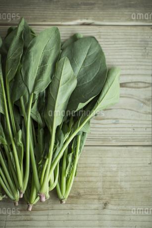 テーブルに置かれた野菜とフルーツの写真素材 [FYI01624530]