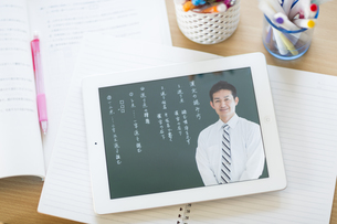 タブレットPCを使用した中高生の勉強机の写真素材 [FYI01624533]