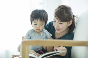 絵本を読む親子の写真素材 [FYI01624537]