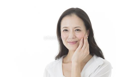 中年女性の美容イメージの写真素材 [FYI01624541]