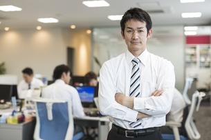 オフィスで働くビジネスマンのポートレートの写真素材 [FYI01624558]