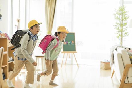 登校をする兄と妹の写真素材 [FYI01624568]