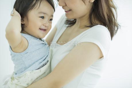 母親に抱っこされる赤ちゃんの写真素材 [FYI01624571]