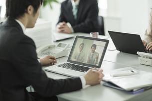 ビデオ通話をするビジネスマンの写真素材 [FYI01624573]