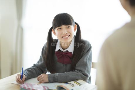 テーブルで勉強をする女の子の写真素材 [FYI01624577]