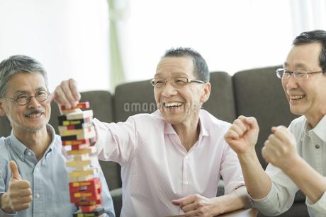 ゲームをして遊ぶシニア男性の写真素材 [FYI01624587]