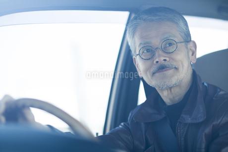 運転をするシニア男性の写真素材 [FYI01624588]