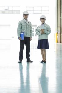 工場で働く男女の作業員の写真素材 [FYI01624593]
