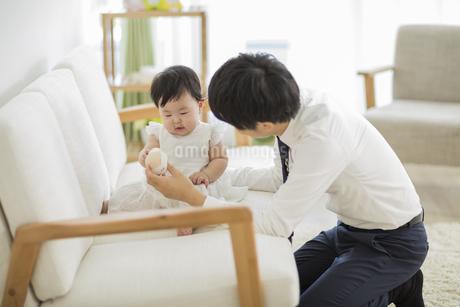 赤ちゃんと遊ぶ父親の写真素材 [FYI01624599]