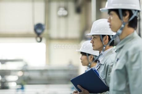 並んで立つ男女の作業員の写真素材 [FYI01624605]