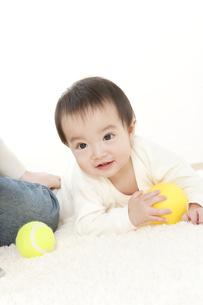 ボールで遊ぶ赤ちゃんの写真素材 [FYI01624619]