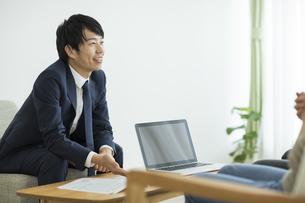 説明をするビジネスマンの写真素材 [FYI01624622]