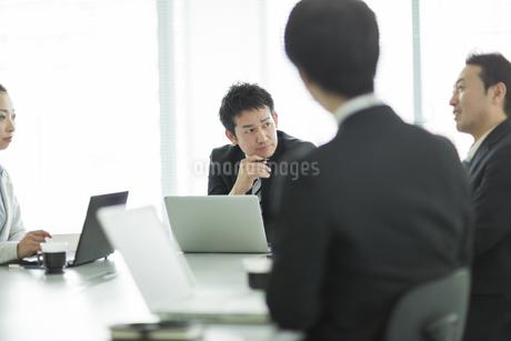 打ち合わせをするビジネスマンとビジネスウーマンの写真素材 [FYI01624623]