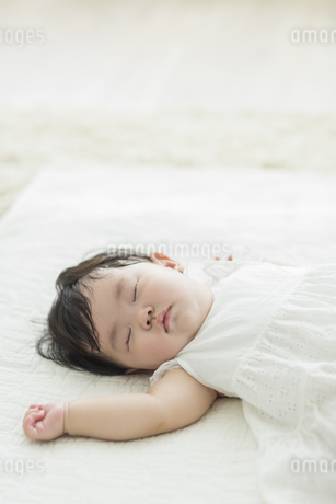 眠る赤ちゃんの写真素材 [FYI01624632]