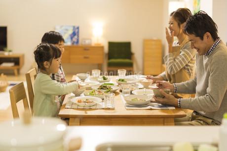 夕食を食べる家族の写真素材 [FYI01624634]