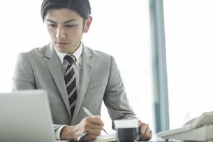 デスクで仕事をするビジネスマンの写真素材 [FYI01624639]