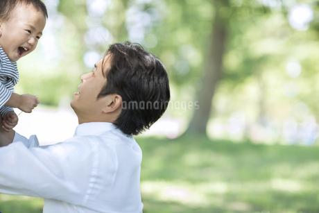 男の子を高い高いする父親の写真素材 [FYI01624651]