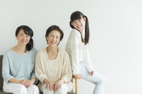 ソファーに座る三世代家族の写真素材 [FYI01624656]