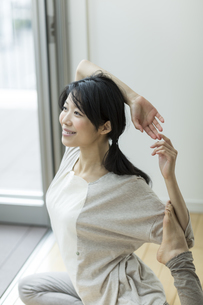 ヨガをする若い女性の写真素材 [FYI01624657]