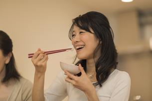 食事をする若い女性の写真素材 [FYI01624660]