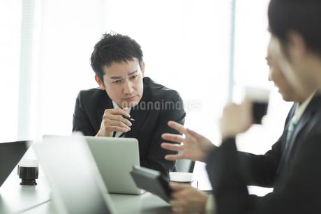 打ち合わせをするビジネスマンの写真素材 [FYI01624661]