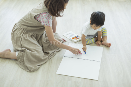 お絵描きをする親子の写真素材 [FYI01624665]