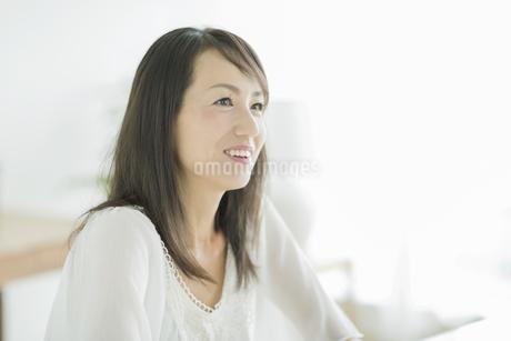 笑顔の40代女性の写真素材 [FYI01624666]