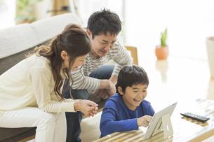 タブレットPCを楽しむ家族の写真素材 [FYI01624671]