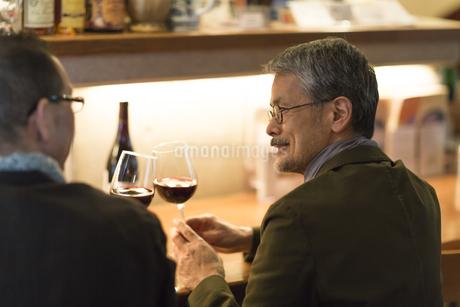 バーでワインを飲むシニア男性の写真素材 [FYI01624679]