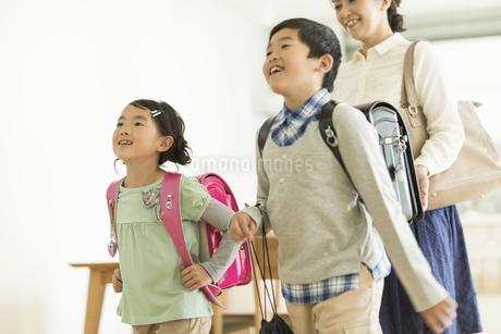 一緒に出かける親子の写真素材 [FYI01624681]