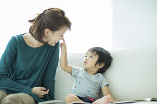 母親の鼻をさわる男の子の写真素材 [FYI01624694]