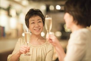 ワインで乾杯する母娘の写真素材 [FYI01624701]
