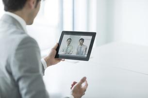 ビデオ通話をするビジネスマンの写真素材 [FYI01624725]