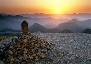 百間ぐらの夕陽と山並みの写真素材 [FYI01624934]