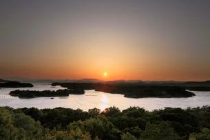 ともやま公園桐垣展望台より英虞湾の夕日の写真素材 [FYI01624960]