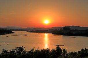 英虞湾西山慕情ヶ丘展望台の夕日の写真素材 [FYI01625040]