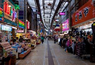 市場中央通りのアーケード商店街の写真素材 [FYI01625235]