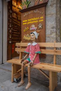 ピノキオ人形と記念撮影ができるベンチの写真素材 [FYI01625290]